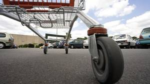 Wie sich zeigte, können Einkaufswagen auch ohne Zutun teure Schäden an parkenden Autos verursachen. Nur, wer zahlt dann?