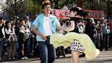 Im Yoyogi Park in Tokio entdeckte der Fotograf die lebendige Subkultur: Aus Boxen ertönte lauter Rock'n'Roll, und die Rockabillys und Rockabellas begannen zu tanzen. Ganz so, als befänden sie sich in einem Club, und nicht im öffentlichen Park.