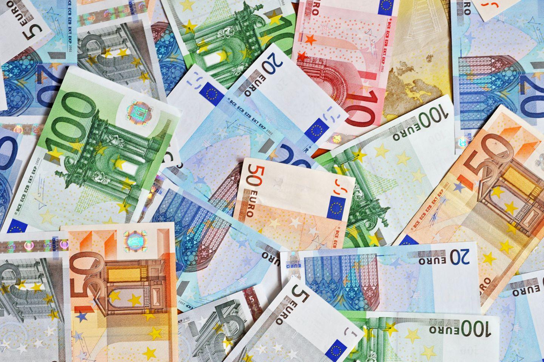 5000 Euro, für jeden: Der Vorschlag der Ökonomen klingt verlockend. Sie hoffen, dass durch diese Maßnahme die Wirtschaft belebt.