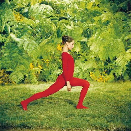 Auch bei der Gartengymnastik macht Audrey Hepburn eine gute Figur.