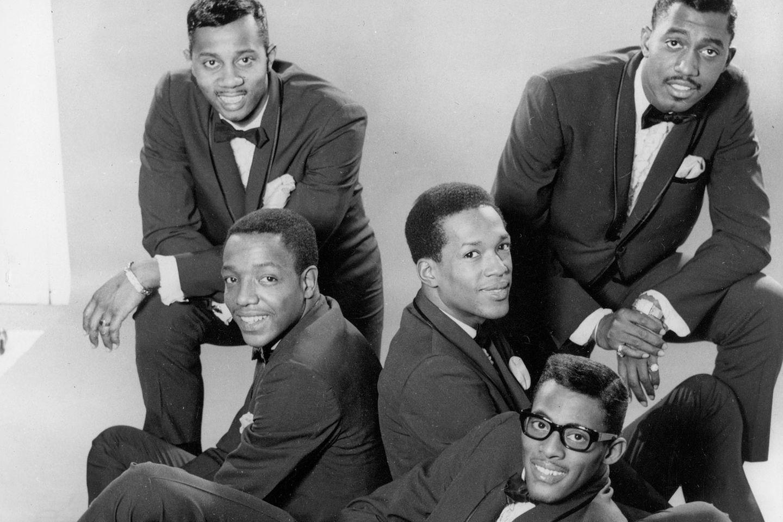 """Neben Frauengruppen wie den Supremes, den Marvelettes und Martha & the Vandellas brachte Motown auch sehr erfolgreiche Männergruppen hervor. Die Four Tops hatten große Hits """"Baby I Need Your Loving"""", """"Reach Out I'll Be There"""" oder """"Bernadette"""".   Noch erfolgreicher waren die Temptations (Foto), die zunächst mit gefälligen Soulpop-Songs wie """"My Girl"""" erfolg hatten, ihre Musik ab Ende der 60er Jahre zu einem psychedelischem Soul-Rock weiterentwickelten. Ihr Hit """"Papa was a Rollin' Stone"""" ist noch heute bekannt."""