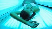 Dass Sonnenbank-Besuche das Hautkrebsrisiko steigern, hält viele nicht vom Bräunen ab
