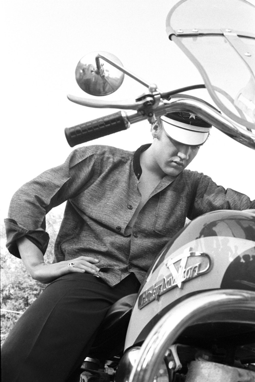Ein Idol in der Pose eines anderen: Elvis Presley macht auf dem Motorrad auf Marlon Brando