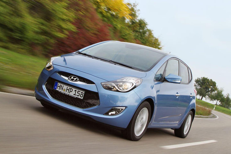 Hyundai will sich in der europäischen Autolandschaft so richtig festbeißen. Zehn neue Modelle sollen bis 2012 an den Start gehen. Schon im November rollt der 4,10 Meter lange Kompaktvan ix20 zu den Händlern, der wie sein Schwestermodell Kia Venga in Tschechien gebaut wird.