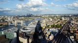 The shade of the Shard: London liegt einem zu Füßen, und die Pyramide wirft im Nachmittagslicht einen langen Schatten bis zum Themseufer mit der Tower Bridge. Bei starken Wind schwankt das Gebäude. Die Spitze kann dabei bis zu einem Meter ausschlagen.
