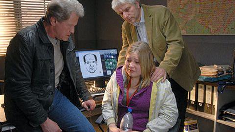 Die Kommissare Batic (Miroslav Nemec, l.) und Leitmayr (Udo Wachtveitl) verhören die 13-jährige Mordzeugin Nessi (Laura Baade)