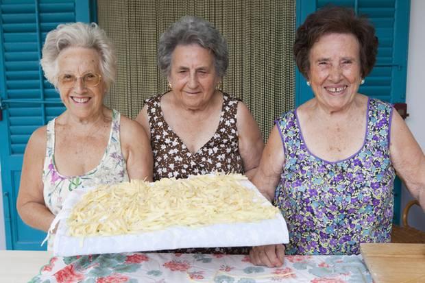 Wenn Sie diese drei Damen vor einem italienischen Restaurant sehen und Sie ihnen die gerade fertig gekneteten Nudeln präsentieren, dann gehen Sie unbedingt rein - und essen Sie Pasta.