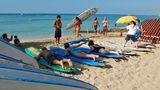 Trockenübungen an Land  In Waikiki packt man nicht nur die Badehose ein, sondern nimmt statt des Sonnenschirms ein Surfboard mit zum Strand. Schon ein kurzer Tageskurs reicht, um später auf Wellen zu reiten. Die Kurse beginnen zunächst mit Trockenübungen auf festem Untergrund. Oft geben knackige Beachboys jungen Japanerinnen Surfunterricht.