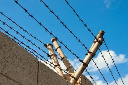 Ein Mann lief in Hildesheim durch ein offenes Tor und war plötzlich im Frauengefängnis