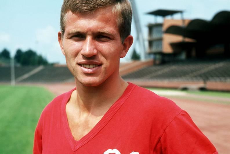 """Unglaubliche 1011 Spiele als Spieler und Trainer hat Jupp Heynckes in der Bundesliga auf dem Buckel. Vier Jahre sah es so aus, als würden keine mehr dazu kommen. Aber das scheint sich nun zu ändern.  Heynckes war und ist nicht nur ein großartiger Trainer, sondern er war auch ein hervorragender Fußballer. Hier eine Aufnahme aus dem Jahr 1969: Heynckes im Trikot von Hannover 96. Für die """"Roten"""" erzielte er in 86 Spielen 25 Tore."""