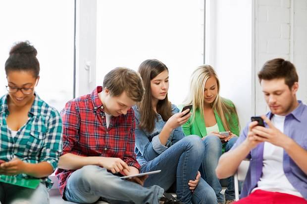 Für junge Leute ist das Smartphone ein ständiger Begleiter. In der Bahn, auf der Straße, sogar bei Treffen mit Freunden ist man online und korrespondiert mit anderen Personen.