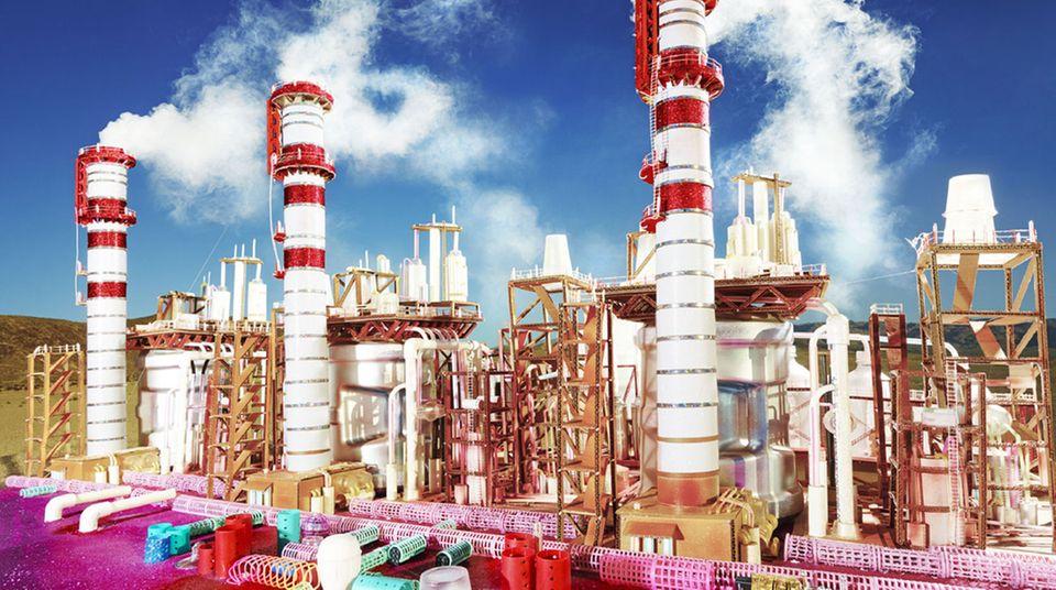 """Diese Arbeit gehört zur neuen Werkgruppe """"Land Scape"""". """"Kings Dominion"""" hat LaChapelle dieses Foto benannt, nach dem Vergnügungspark in Virginia. Farblich fühlt sich der Betrachter tatsächlich an bonbonbuntes Amüsement erinnert. Doch ist dort nicht eine Industrie-Anlage abgebildet, die sich in der Inszenierung des Fotografen in etwas ganz anderes verwandelt?"""