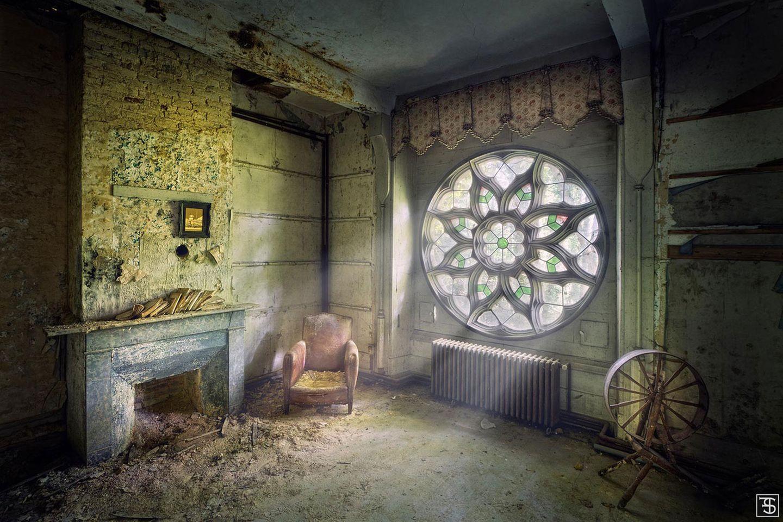"""""""Trapped in Solitude"""" - gefangen in der Einsamkeit - ist diese Fotografie betitelt. Hier zeigt sich einmal mehr die Stärke von Fennemas Ansatz, nur natürliche Lichtquellen zu nutzen: Eine derart verwunschene Atmosphäre bekommt man mit Lampen nicht hin."""