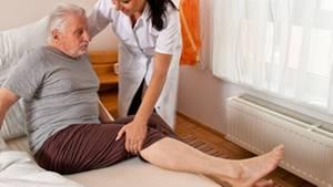 Der Hausnotrufdienst organisiert im Notfall Hilfe, informiert etwa je nach Situation und vertraglicher Regelung Angehörige, Hausarzt oder Rettungsdienst