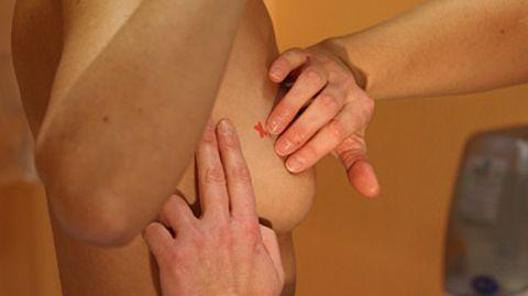 Das Abtasten der Brust ist eine Früherkennungsmethode, die die Krankenkassen für jede Frau ab 30 zahlen