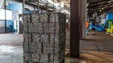 Die Kapseln werden in Blöcke gepresst und auf Paletten zum Abtransport bereitgestellt. Eine Palette wiegt etwa eine Tonne.