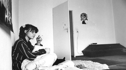 Matraze auf dem Boden, Sarg als Kleiderschrank: Christiane F. Mitte der 80er in ihrer Berliner Wohnung.