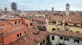 Blick über die Dogenstadt von der Dachterrasse. Der Palazzo Papadopoli liegt im Viertel San Polo, dem kleinsten der sechs Stadtteile von Venedig.