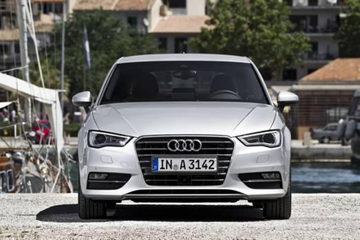 Billig ist der Audi nicht, aber ein mit viel Liebe zum Detail konstruiertes Auto mit gutem Platzangebot. Bescheidenheit ist keine Zier bei Audi. Ob Navigationssystem mit Online-Funktionen, LED-Scheinwerfer oder Hightech-Assistenzsysteme – vieles was bislang dem A6 oder A8 vorbehalten war, holt Audi mit dem neuen A3 in die Kompaktklasse. 4,15 Meter in der Länge maß die erste Generation (1996 bis 2003), über 4,24 Meter erstreckt sich das neue Modell. Wichtiger als das Längenwachstum ist die Schlankheitskur. 80 kg weniger als die zweite Generation (2003 bis 2012) bringt der leer 1174 kg schwere Dreitürer auf die Waage.