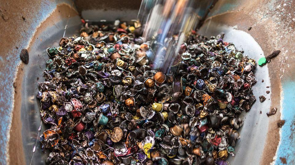 Müllberge in der Nespresso-Recyclinganlage: Was vom Kaffeekapsel-Wahnsinn übrig bleibt