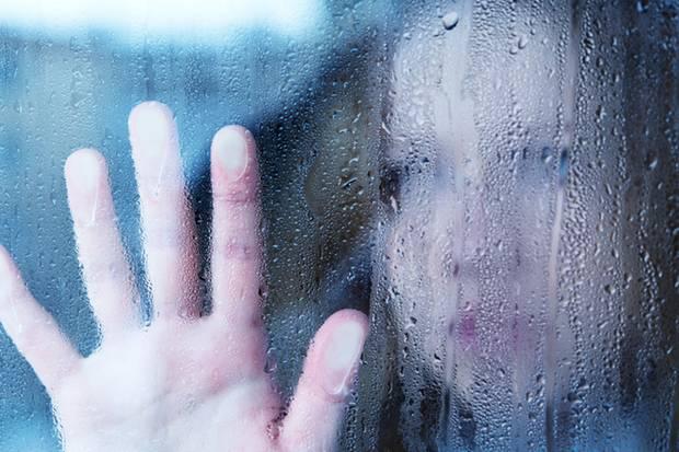 """Manche Depressive fühlen sich, als wären sie """"in einem Glaskasten gefangen""""."""