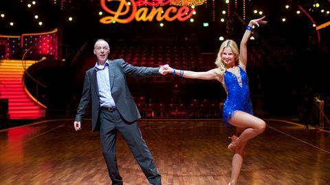 """Sehen fast aus wie ein echtes Tanzpaar: Kester Schlenz posiert mit Tänzerin Sarah Latton für die Fotografin im """"Let's Dance""""-Studio."""