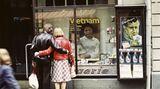 Schaufensterbummel mit politischer Lektion: Auf großen Plakaten wird 1976 in Bautzen auf das Not der Menschen in Vietnam hingewiesen.