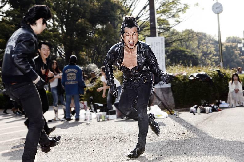 """Japan ist voller faszinierender Subkulturen: Cosplayer, Gothics, Lolitas, Mangas. Der deutsche Fotograf Paul Müller-Rode reiste 2009 nach Tokio, ursprünglich um japanischen Streetstyle zu Fotografieren. Doch im Yoyogi Park in der Szenemeile Harajuku entdeckte er eine viel spannendere Szene: Rockabillys. So entstand ein ganz anderes als das ursprünglich geplante Fotoprojekt. Müller-Rode nahm mit den jungen Männern Kontakt auf - und gewann nach und nach ihr Vertrauen. So entstanden faszinierende Einblicke in diese Kultur.  Mehr über das Projekt auf der Seite """"Tokyo Rockabilly Club"""".  Zu dem Buchprojekt gibt es auch eine eigene Facebook-Seite."""