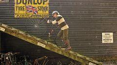 Dieser Sammler aus Suffolk sammelt Räder, passsende Outfits und Straßenabschnitte. Sein Lebensziel ist es jeden Straßenkilometer abzufahren, der sich in 18 Kilometer Radius um sein Haus herum befindet.
