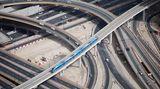 Tiefblick mit dem Teleobjektiv auf Dubais Metro: Die Züge sind auf einer Linie von 50 Kilometern im Einsatz und verbinden mehrere Stadtviertel und Einkaufszentren mit dem Flughafen
