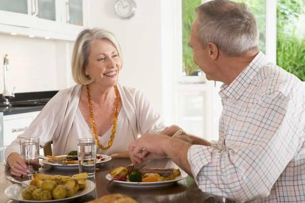 Gesundes Essen, ausreichend Schlaf und Bewegung schützen unsere Zellen vor dem Altern.