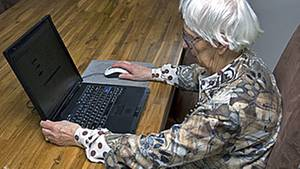 Seniorinnen sind immer noch eher selten online