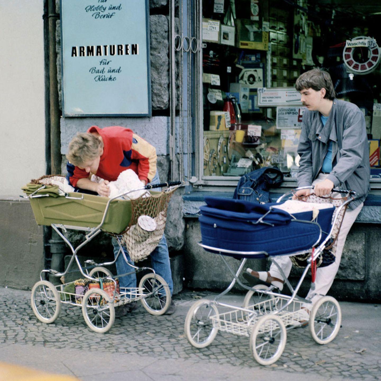Väter, die sich um ihre Neugeborenen kümmern - das ist keine Erfindung von Ursula von der Leyen. Thomas Billhardt dokumentierte dieses Phänomen schon 1987 in Halle