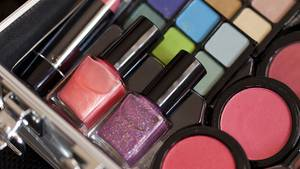 Träume gibt's nicht im Make-up-Regal: In einem Brief an seine Tochter versucht ein Vater, die Slogans der Beauty-Industrie umzudeuten.