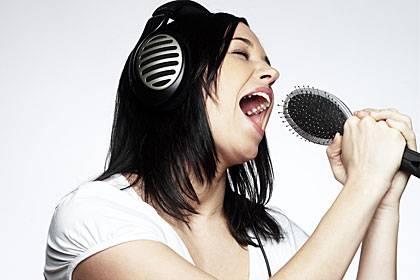 Schwerstarbeit im Kehlkopf: Wenn wir singen oder sprechen, schlagen unsere Stimmlippen mehrere hundert Mal pro Sekunde zusammen