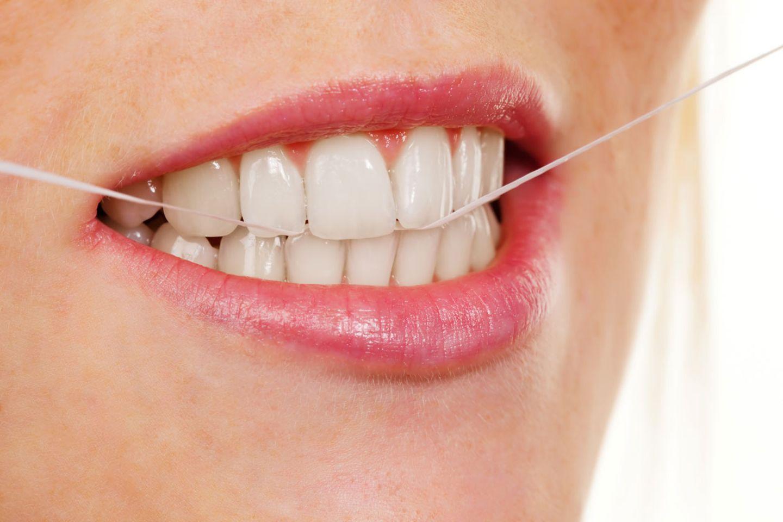 Zahnseide sollte am besten täglich zum Einsatz kommen