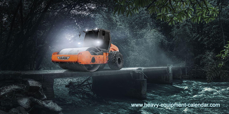 Der Walzenzug Hamm 3412 HAT verdichtet den Untergrund für Straßen und Bauvorhaben. Der Antrieb erfolgt über die grobstolligen Hinterräder, die Walze vorn drückt den Boden zusammen.