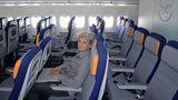Eng geht es in der Eco zu: Die schmalen Sitze haben zwar den Vorteil, dass sie Steckdosen für Laptops haben und die Sitztasche für Zeitschriften nach oben gewandert ist, wodurch es mehr Beinfreiheit geben soll. Aber in der Praxis sitzt man, wenn der Vordermann die Rückenlehne zurückstellt und man in der Mitte zwischen übergewichtigen Mitreisenden Platz genommen hat, eng wie in der Sardinendose mit dem Monitor fast vor der Nase. Seit Ende April kassiert Lufthansa für die Vorabreservierung von Sitzplätzen bei Langstreckenflügen in den preiswerten Tarifklassen 25 Euro.
