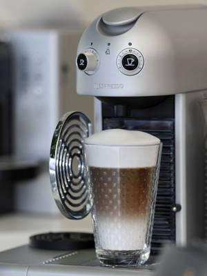 Werden Kaffeemaschinen nicht täglich sauber gehalten, sind sie ein Schlaraffenland für Keime und Pilze.