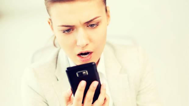 Erwischt! Messenger helfen nicht nur beim Fremdgehen, sondern auch dabei, untreuen Partnern auf die Schliche zu kommen.