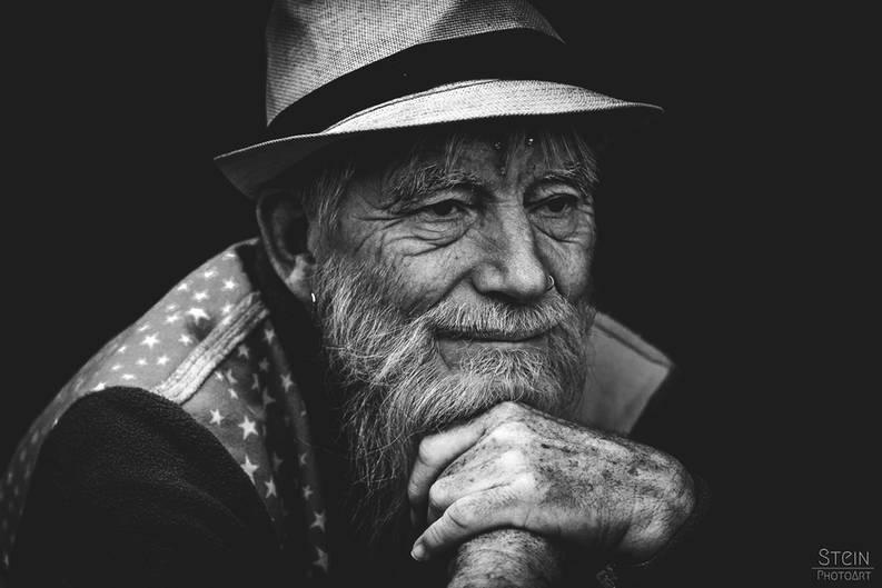 """Lucja, Bildredakteurin: """"Ich mag das Porträt, weil der Fotograf die """"leise"""" Zufriedenheit dieses Mannes so schön eingefangen hat. Auf den zweiten Blick lassen sich dazu noch viele kleine Details erkennen, die erahnen lassen, dass dieser Mensch kein gewöhnlicher alter Herr ist.""""      Mehr Fotos von Stein_PhotoArtin der VIEW Fotocommunity    Aktionen und Informationen aus der VIEW Fotocommunity auf FacebookoderTwitter"""