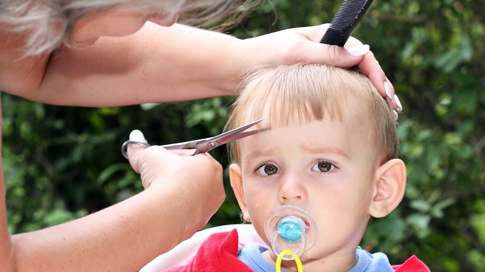 Der Friseur wird eingespart: Auf Alleinerziehenden lastet immenser finanzieller Druck