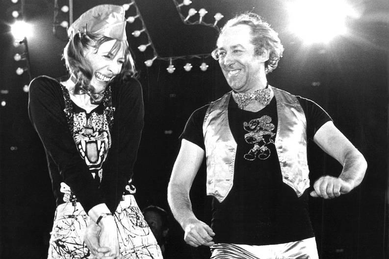 """1978 geht als Jahr des Frohsinns in die Geschichte ein. Erst stürmte Vader Abraham mit den Schlümpfen die Charts. Und dann das: """"Die Wanne ist voll"""" sangen Dieter Hallvervorden und Helga Feddersen. Ist singen das richtige Wort? Egal. So ganz voll war die Wanne dann doch nicht - der Song schaffte es bis auf Platz 4 der Hitparade. """"You are echt nicht schlecht.""""  Zum Video"""
