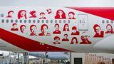 """Eine fabrikneue Maschine für das Star-Alliance-Mitglied Air China lieferte Boeing mit einer Sonderbemalung """"Smiling China"""" aus. Seitdem fliegt die Boeing 777-300ER mit dieses lachenden Gesichtern um den Globus."""