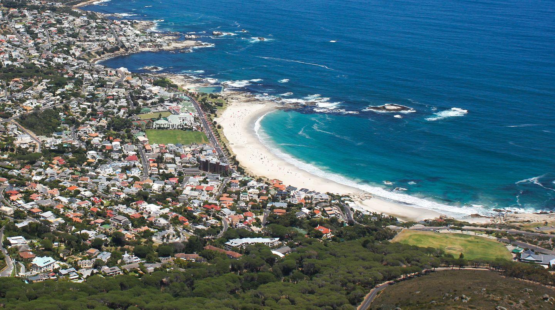 Die Bucht Camps Bay wird von den Twelve Apostels abgeschirmt