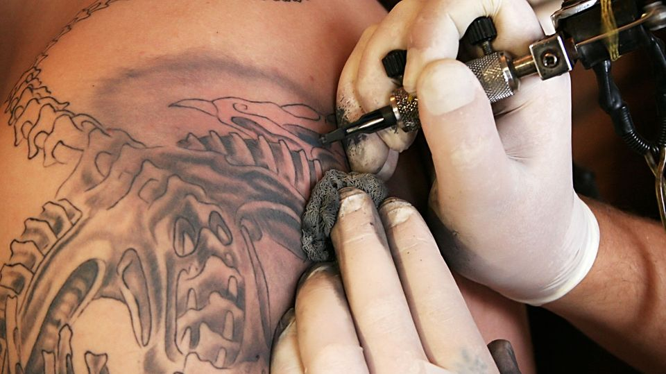Forscher finden krebserregende Stoffe in schwarzen Tattoofarben