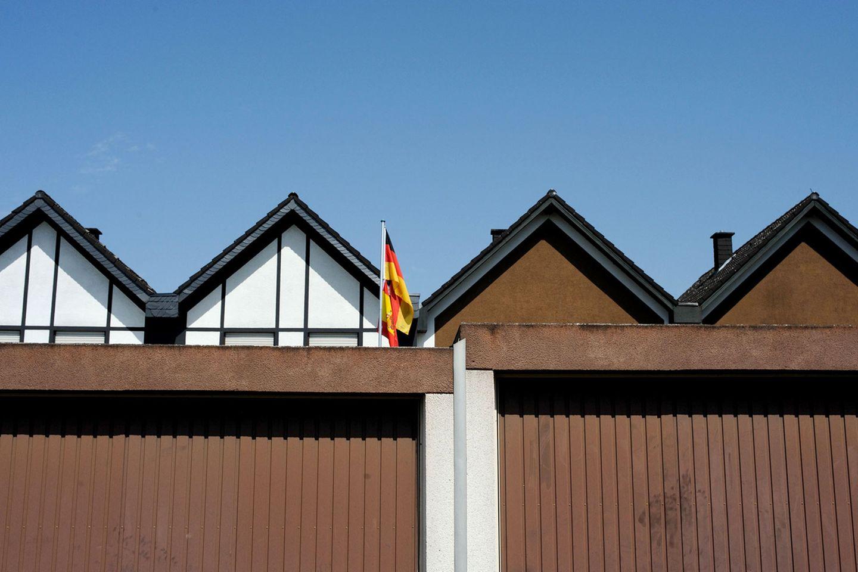 Ganz wichtig: Auch die Garage muss Flagge zeigen  Mehr von der Fotografin auf Die Lichtung