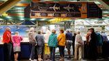 """Auf der Zuschauergalerie: Das Boeing-Werk in Everett kann im Rahmen des Programms """"Future of Flight"""" täglich besichtigt werden. In der Fabrikhalle werden neben dem Dreamliner auch die neuste Version des Jumbojets, der Boeing 747-8 intercontinental, und die Boeing 777 gefertigt."""