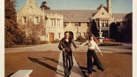 """Damals waren sie ein glückliches Paar: Hefner und Benton vor seinem Haus in Los Angeles, der sogenannten """"Playboy""""-Mansion, in der wilde Sexpartys gefeiert wurden."""