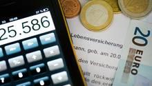 Heute einen Vertrag über eine Lebensversicherung unterschreiben, um abgesichert zu sein? Besser nicht, raten Verbraucherschützer - die Konditionen sind zu schlecht.